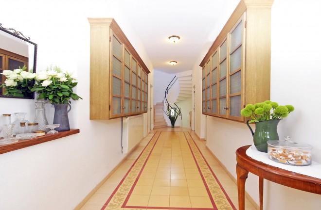 שתי ספריות עוצבו במיוחד למסדרון רחב הידיים