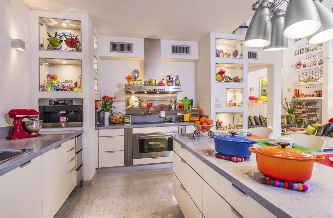 מטבח הבית עוצב בצבעוניות שקטה ורגועה, הצבע מגיע מהאביזרים והכלים
