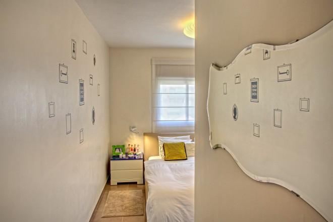 מדבקות הקיר משתקפות במראת הכניסה לחדר השינה