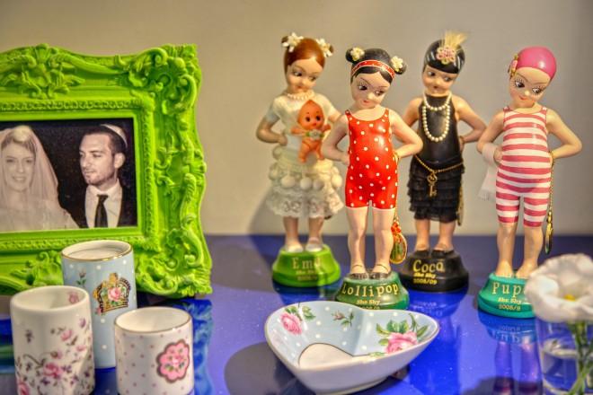 אוסף בובות של מיכל נגרין לצד תמונה אישית שמחה