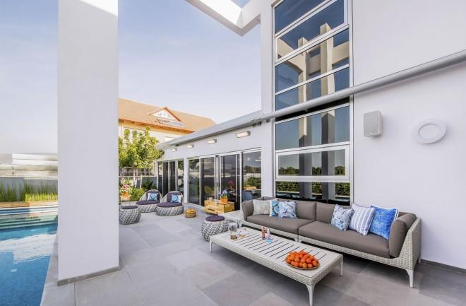 התייחסות למכלול הפרטים באדריכלות. העמודים משתקפים בחלונות הבית