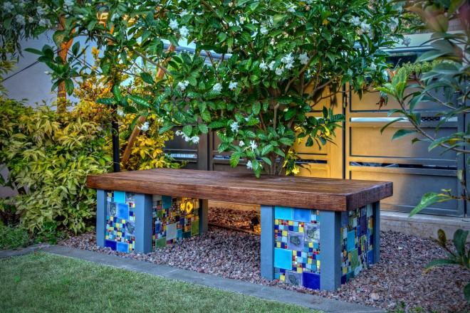 ספסל מיציקת בטון בשילוב עץ טיק ומוזאיקה