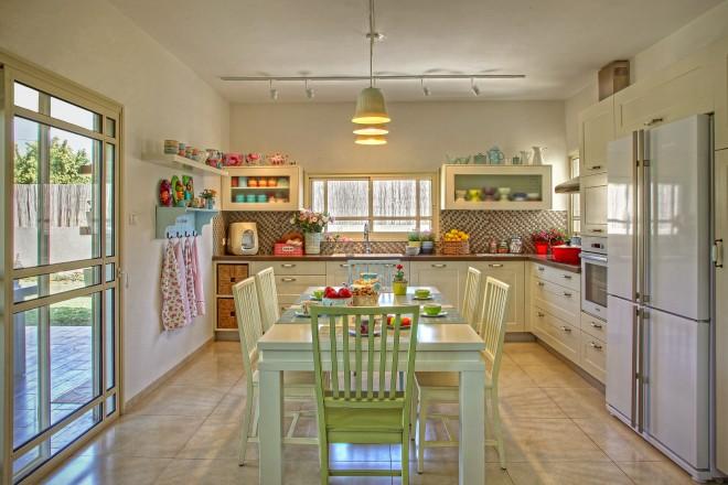גופי תאורה של אומנית הפורצלן רונית מינסטר מוגל במטבח