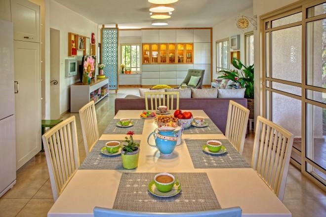 פינת האוכל נצבעה מחדש ומוקמה במרכז המטבח