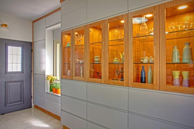 שילוב זכוכית ותאורה, הפכו את הארון לפריט עיצובי מאוורר