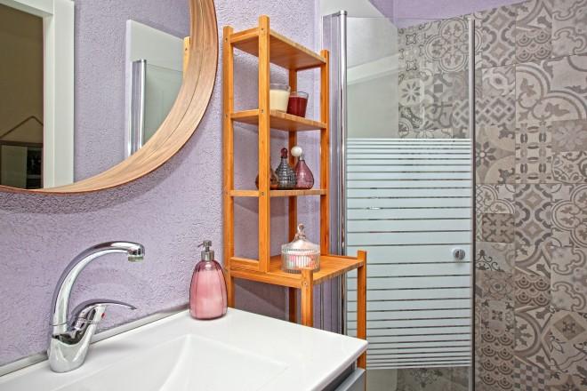 הקירות בחדר הרחצה של הבת נצבעו בטיח סגול בהיר