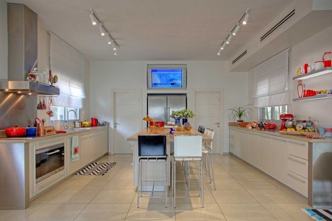 מטבח רחב ידיים משמש כמרכז החיים של הבית