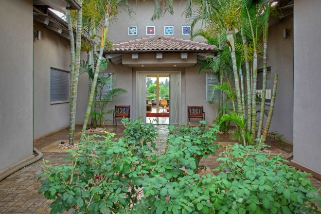 הכניסה לבית עם ריבועי מוזאייקה בעיצובי