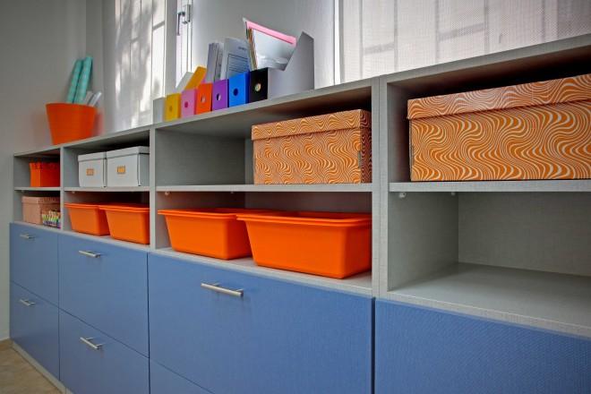 קופסאות האחסון מוסיפות צבע לחדר