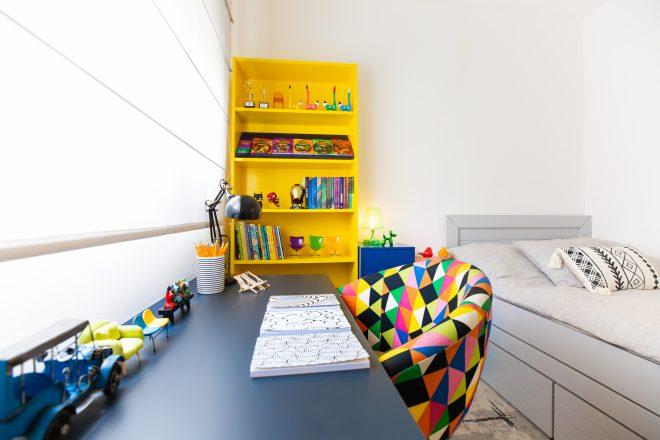 חדרו של הבן הצעיר עוצב במראה צבעוני ומדליק