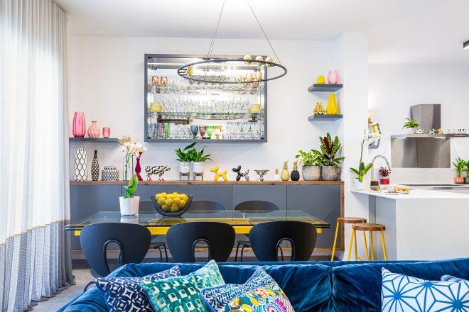 מבט אל פינת האוכל והמטבח מכיוון הסלון