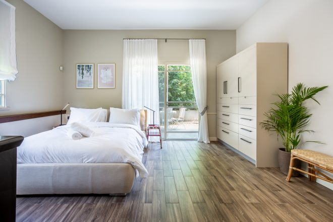 חדר שינה פתוח ושטוף אור