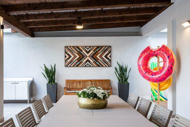 עבודת עץ מיוחדת של האומן עמרי פלמאי, משלבת גם היא בין אלמנטים של טבעי ומודרני