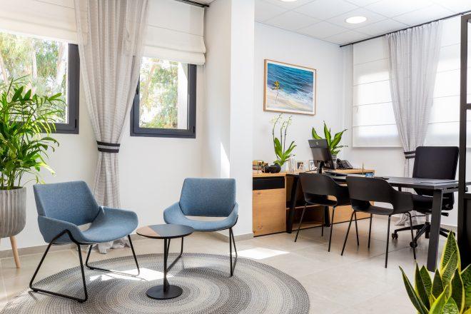 פלטת צבעים סולידית ועדינה נבחרה למשרד של המנכלית