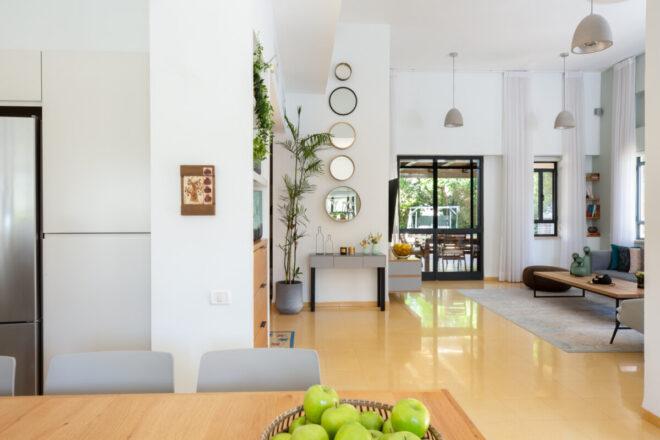מבט מהמטבח לסלון הבית וליציאה לחצר