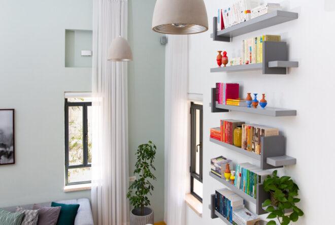 צבע ירקרק נבחר לקיר המרכזי של סלון הבית