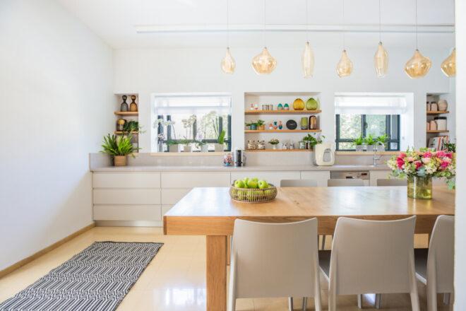 ארונות המטבח תוכננו מחדש והורחבו בהתאם לצרכי הבית